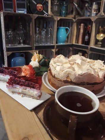 Schoko-Birne-Torte, Himbeertorte und Kaffee