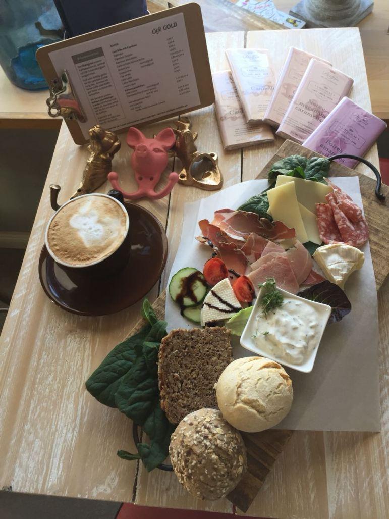 Potpourri-Frühstück und Cappuccino