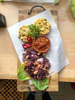Koushari mit orientalischem Rotkohlsalat